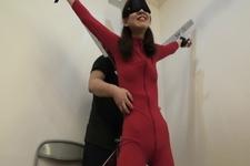 真性くすぐりフェチ女性をキャットスーツで女スパイの設定でくすぐりの刑にかけました!