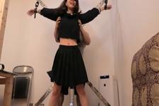 本物真性くすぐりフェチ女性セーラー服で女スパイ初体験!