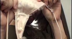 【パンツ染み】ピンクの下着が大好き でも下着の臭いはイヤ?